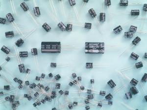 Kondenzátor elektrolytický radiální CE 10u/450V